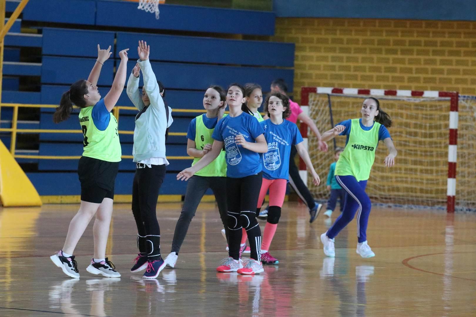 Mlade rukometašice namještale 'nišanske sprave' uz trenera Suvajca