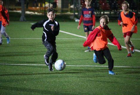 Mlade uzdanice Škole nogometa trenirale pod reflektorima i upijale upute trenera Dergeza