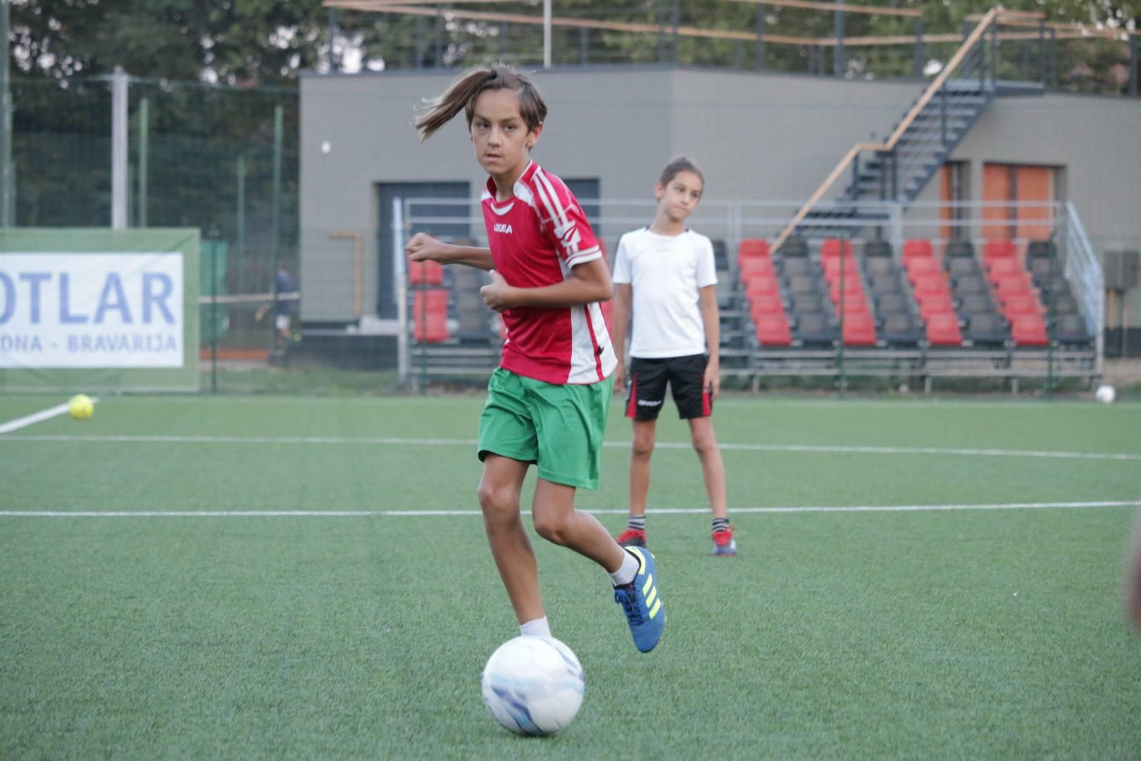 Trener Vedriš kroz demonstraciju svojim mladim nogometašima pokazao kako što bolje primiti i dodati loptu