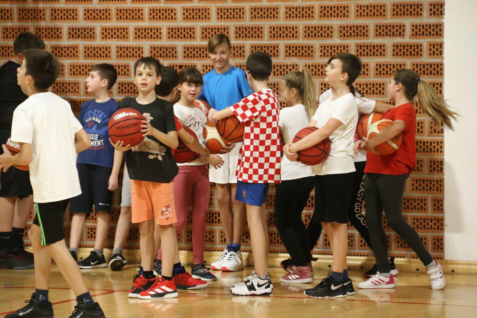 Košarkaške uzdanice usavršavale vođenje i dvokorak pod vodstvom trenera Tomrlina